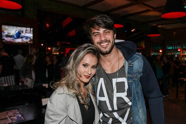 Ex-BBB Renan e Cinthia Mayumi (Foto: Raphael Castello/AgNews)