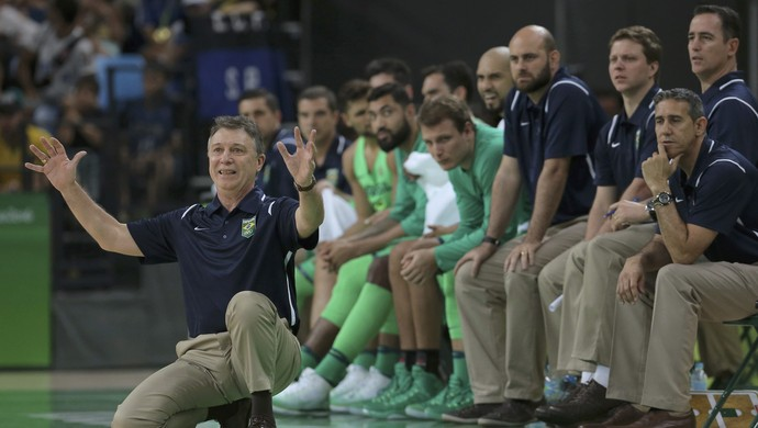 Tecnico Ruben Magnano comemora ponto do Brasil contra a Nigeria (Foto: Reuters)