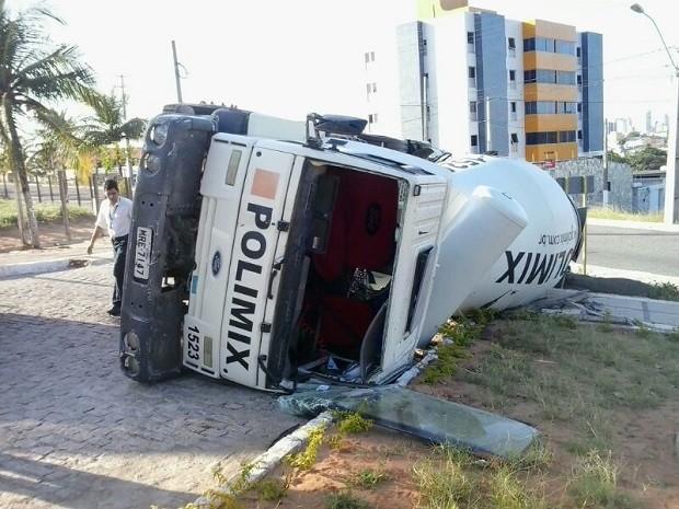 Tombamento aconteceu perto do Restaurante Universitário (Foto: Arthur Barbalho/G1)