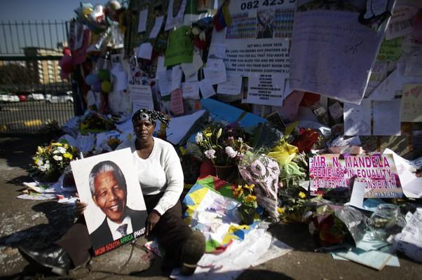 Pessoas continuam deixando flores e mensagens em frente ao hospital onde o ex-presidente Nelson Mandela está internado, em Pretória, na África do Sul. Mandela permanece em estado crítico  (Foto: AP Photo/Markus Schreiber)