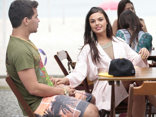 Isis Valverde conversa com Thiago Martins durante intervalo de gravação na praia da Barra, no Rio (Foto: Avenida Brasil / TV Globo)