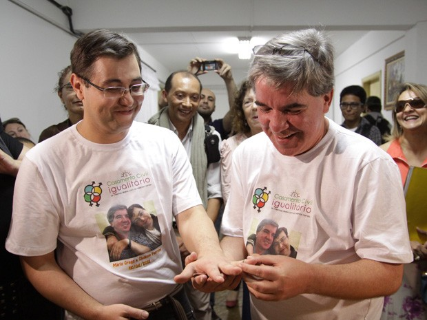 Os noivos Gledson e Mário celebram sua união em cartório no bairro de Itaquera (Foto: Gustavo Magnusson/AE)