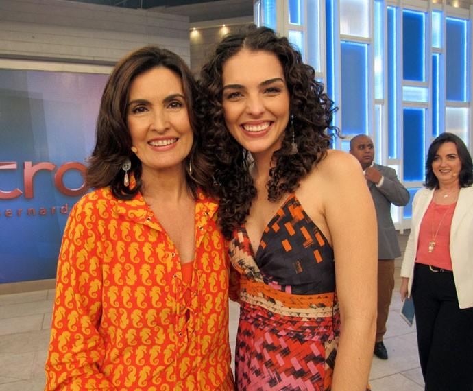 Fátima com a atriz Julia Konrad nos bastidores do programa  (Foto: Viviane Figueiredo Neto/Gshow)