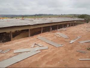 Barracões foram danificados pelo temporal (Foto: Carlos Alberto Soares / TV TEM)