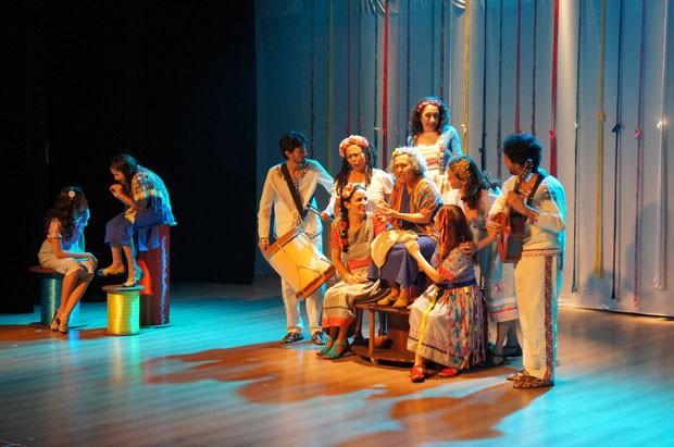 A Velha a Fiar com grupo Teatro Griô (Foto: Iris Scuccato)