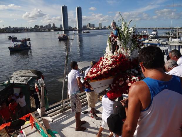 Barcos fazem homenagem a São Pedro em Brasília Teimosa (Foto: Katherine Coutinho/G1)