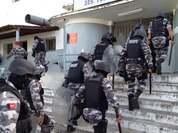 PM faz operação no presídio do Roger em João Pessoa (Foto: Walter Paparazzo/G1)