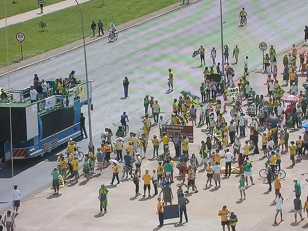 Manifestantes ocupam centro de Brasília em protesto pela saída da presidente Dilma Rousseff (Foto: TV Globo/Reprodução)