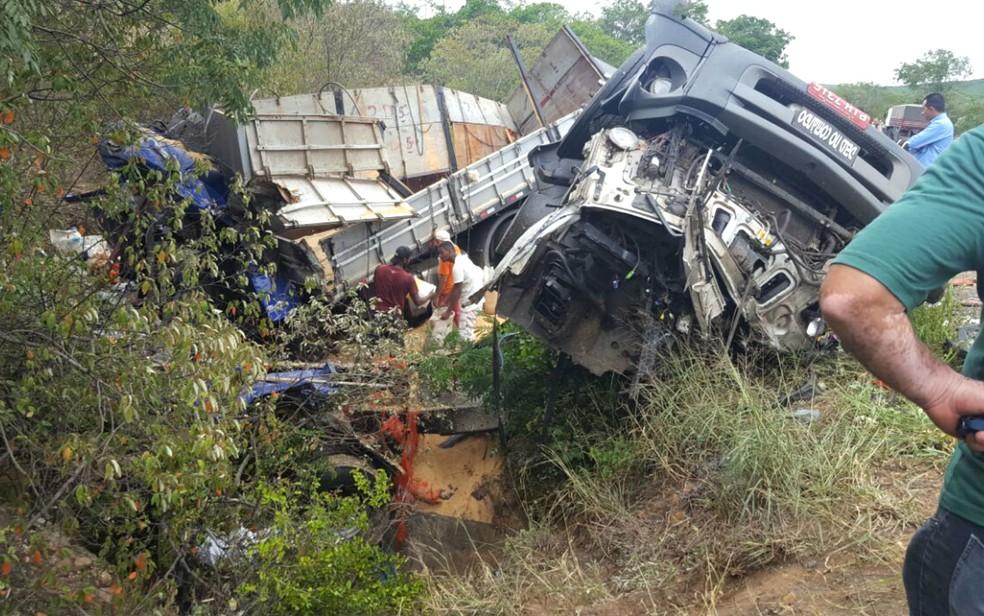 Após batida, veículos foram lançados em um matagal próximo ao acostamento da rodovia na Bahia (Foto: Guilherme Maciel/Blog do Braga)