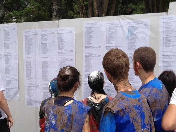 Candidatos conferem a lista dos aprovados no vestibular da UFPR (Foto: Thais Kaniak/ G1)