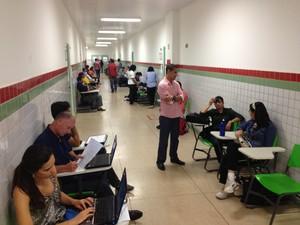 Candidatos esperando para fazer prova didática no Ifap (Foto: Abinoan Santiago/G1)