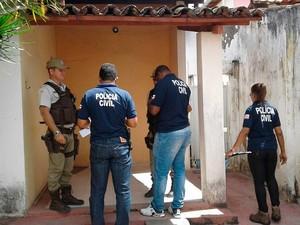 Polícias Militar e Civil na casa onde homem foi encontrado morto em Feira de Santana (Foto: Aldo Matos/Acorda Cidade.)