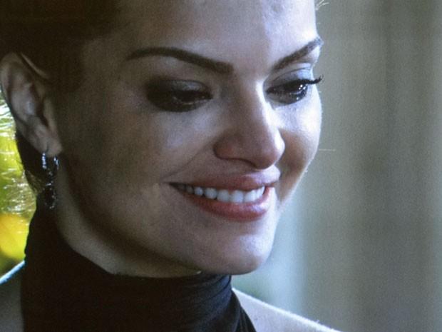 Amparo fica animada ao encontrar o retrato de Salvador e Alice (Foto: Amor Eterno Amor/TV Globo)