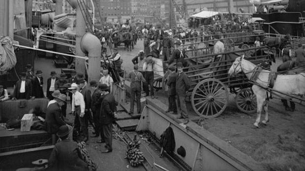 Região conhecida como Banana Docks, no píer de Nova York, no início do século 20 (Foto: Biblioteca do Congresso dos EUA)