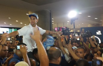 Carregado pela torcida cruzeirense, Thiago Neves desembarca em BH
