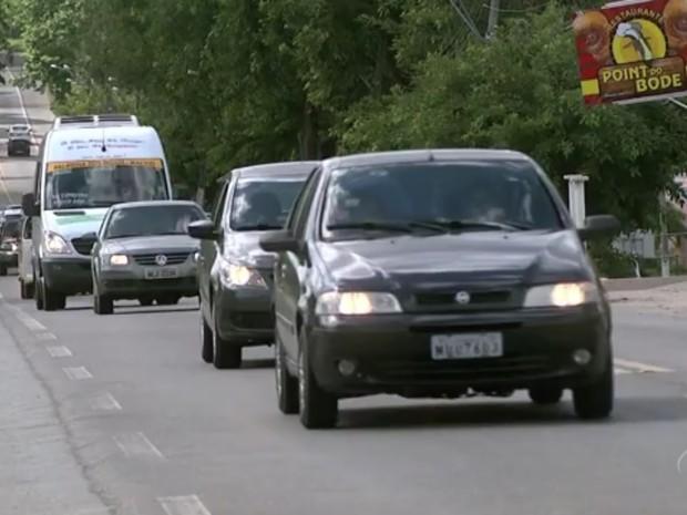 Motoristas devem manter farol baixo ligado ao trafegar por rodovias estaduais ou federais (Foto: Reprodução/TV Gazeta)