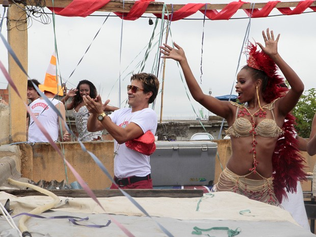 Miro e Vanúbia agitam o carnaval na laje (Foto: Salve Jorge/TV Globo)