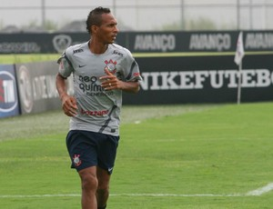 Liedson atacante treino Corinthians (Foto: Anderson Rodrigues / Globoesporte.com)