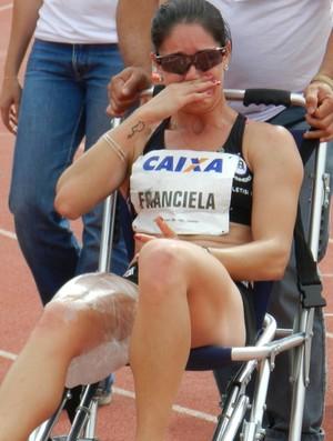 GP Uberlândia - Franciela Krasucki sai de cadeira de rodas. Contratura na coxa direita - 2º lugar nos 100m (Foto: Fabiano Rodrigues/GLOBOESPORTE.COM)
