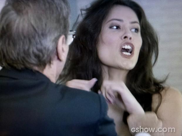 Ricardo segura ex para impedí-la de mais escândalo (Foto: Em Família / TV Globo)