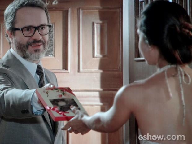 Nando deixa caixa com chocolates para Juliana (Foto: Em Família / TV Globo)