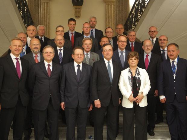 O presidente do BCE, Mario Draghi (3º da direita para a esquerda) e demais presidentes de bancos centrais de países europeus posam para foto durante reunião em Nápolis nesta quinta-feira (Foto: Ciro De Luca/Reuters)