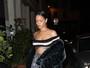 Rihanna usa top e deixa parte da barriga à mostra na França