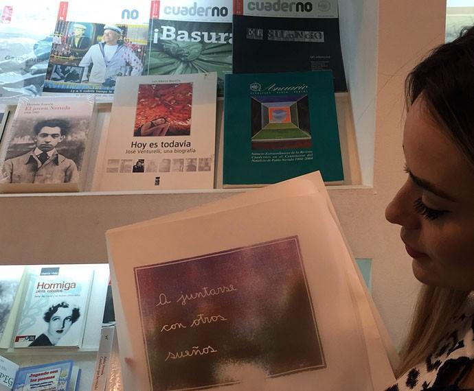 Letícia posa com um livro do escritor (Foto: Gshow)