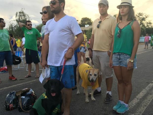 Manifestantes levaram cães para o ato, em Sorriso (Foto: Aline Desbessel/ Centro América FM)