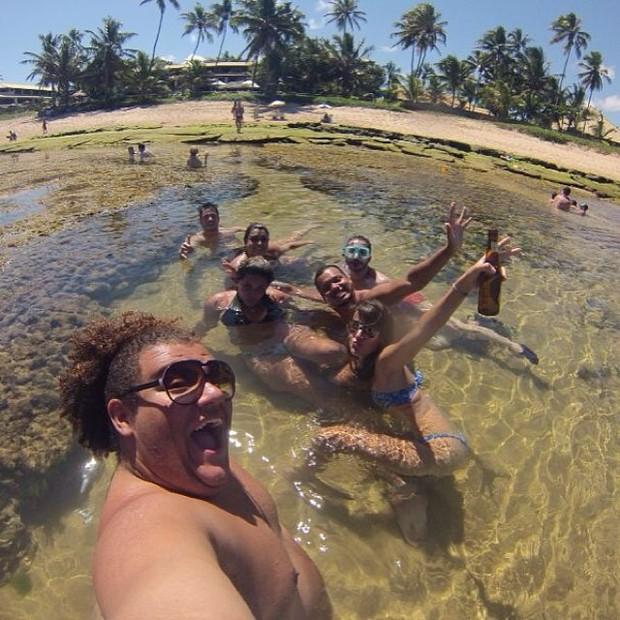 Gominho na praia com amigos (Foto: Instagram / Reprodução)