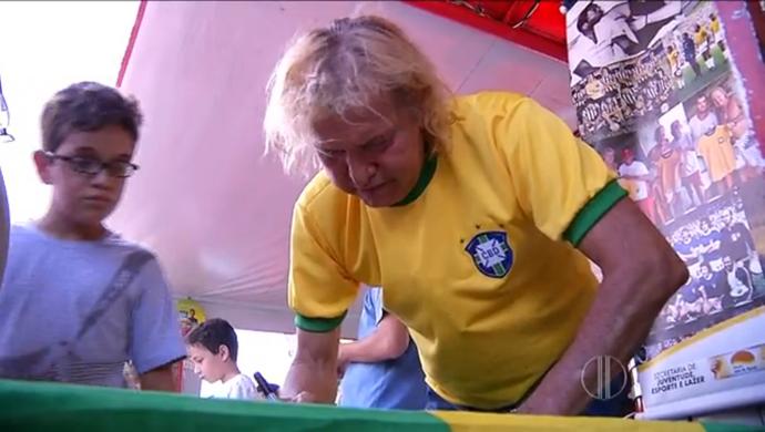 Marinho Chagas autografando (Foto: Reprodução/Inter TV Cabugi)