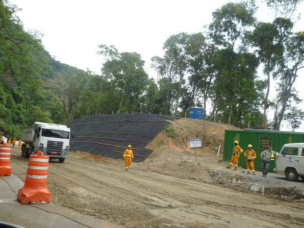Obras na descida da serra de Petrópolis (Foto: Andressa Canejo/G1)