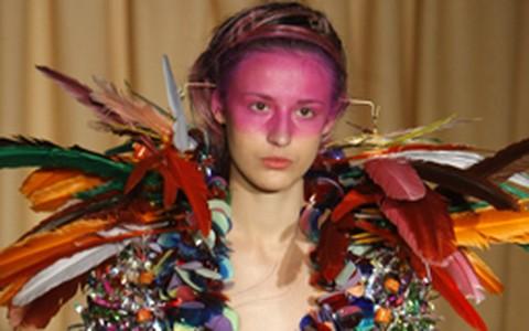 Maquiagem transforma modelos em índias fashion em Paris