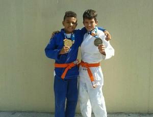 Pequenos atletas Kevin Andrade e Gabriel Ferreira, da Associação Trindade, conquistaram medalhas de ouro e bronze, respectivamente (Foto: Arquivo Pessoal)