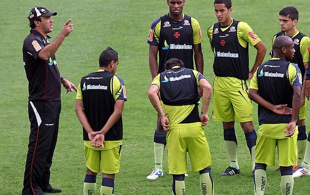 Ricardo Gomes com os jogadores no treino do Vasco (Foto: Alexandre Cassiano / Agência O Globo)