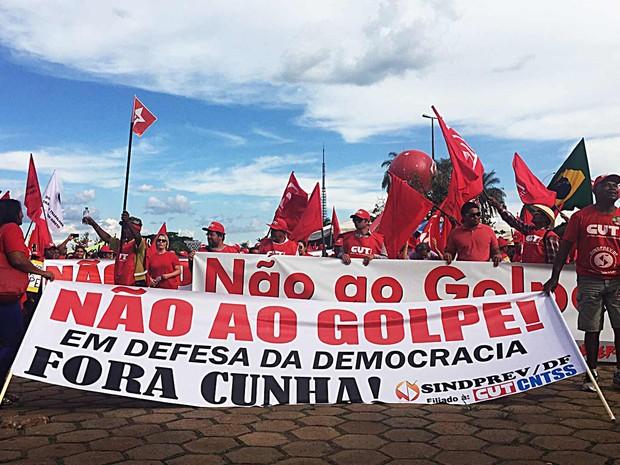 Faixa com manifestantes em frente ao Estádio Mané Garrincha chama impeachment de 'golpe' e pede saída de Eduardo Cunha (PMDB-RJ) da presidência da Câmara (Foto: Alexandre Bastos/G1)