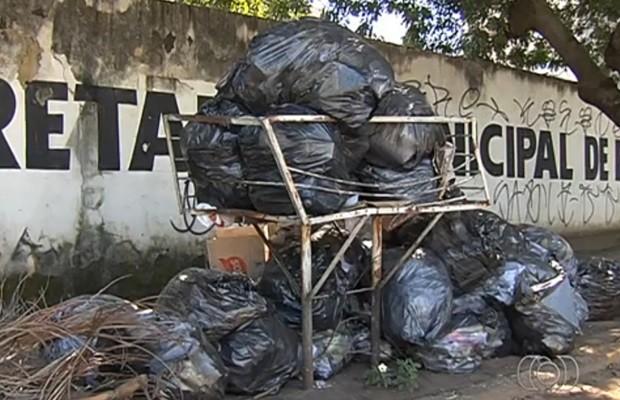 Lixo também acumula na frente da Secretaria de Educação de Goiânia (Foto: Reprodução/TV Anhanguera)
