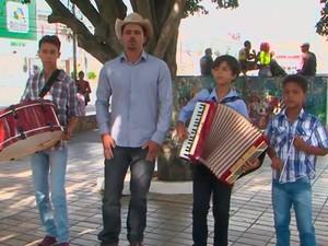 Thiaguinho com o grupo que gravou CD de 14 músicas. Bahia (Foto: Reprodução/ TV Subaé)