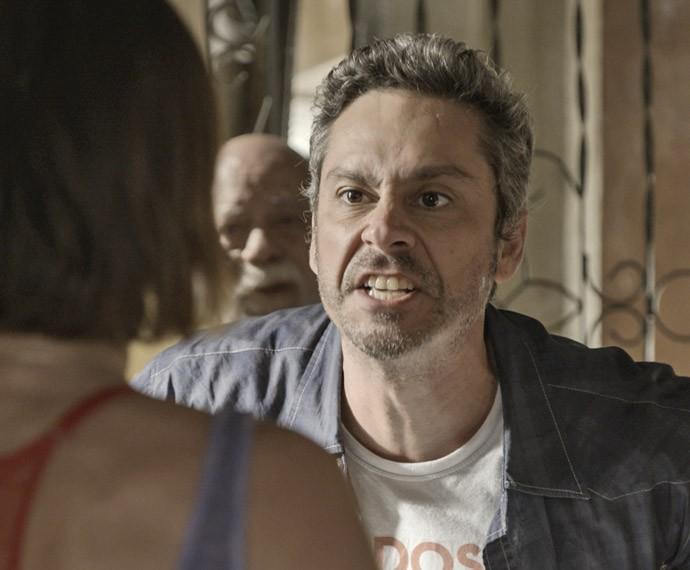 Romero está furioso e perde a cabeça (Foto: TV Globo)
