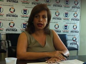 Cláudia Brum relata as clausulas do contrato que foi alterada.  (Foto: Patrícia Belo)