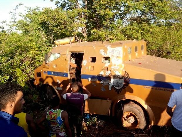 Carro forte foi alvo de assaltantes em Canto do Buriti, no Sul do Piauí (Foto: Cleiton Maciel/Arquivo Pessoal)