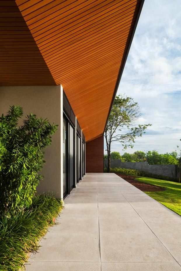 ÁREA EXTERNA | Foi utilizado na área externa o mesmo piso da piscina, Mr. Cryl, da Bricolagem, cinza natural CPII (Foto: Rafaela Netto/Divulgação)