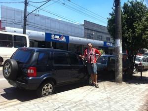 Comerciante mostra carro levado pelos criminosos: prejuízo de R$ 4,5 mil para consertá-lo (Foto: Letícia Macedo/G1)