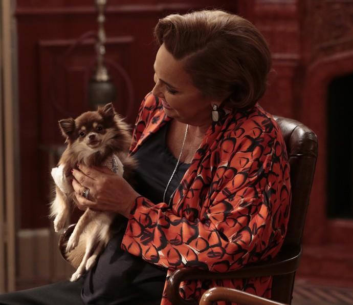 Claudia Jimenez é puro chamego com o cachorrinho usado em cena (Foto: Felipe Monteiro/Gshow)