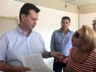 Prefeito conversa com secretária da Educação (Foto: Tatiana Santiago/ G1)