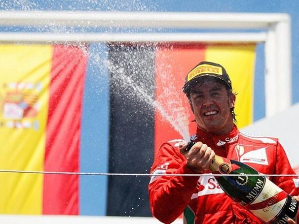 Fernando Alonso comemora vitória e a primeira colocação na tabela (Foto: Getty Images / Reprodução: Globoesporte.com)