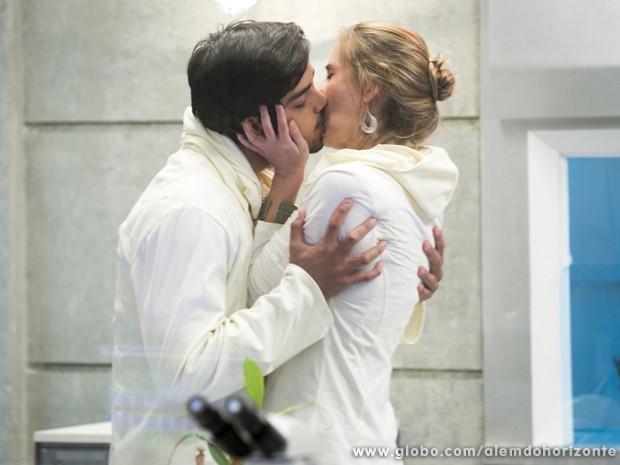 Marlon e Angelique trocam carícias no laboratório (Foto: Felipe Monteiro/ TV Globo)