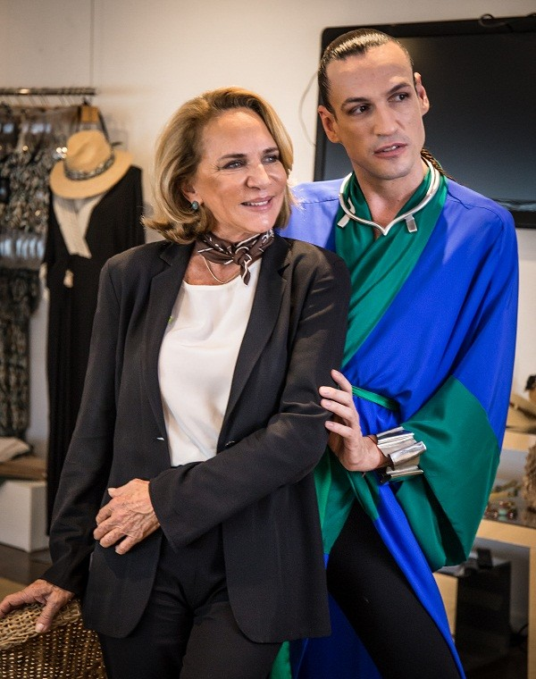 Dudu posa com Lenny Niemeyer, uma das convidadas do programa, que terá 13 episódios  (Foto: Divulgação)