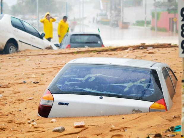 Carros ficaram parcialmente soterrados após um deslizamento de terra atingir a região da Avenida Dinarte Mariz, mais conhecida como Via Costeira, em Natal (RN) (Foto: Léo Carioca/Futura Press/Estadão Conteúdo)