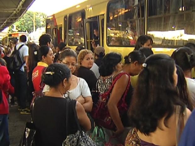 Terminal rodoviário de Rio Preto lotado durante horário de pico (Foto: Reprodução / TV Tem)